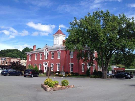 The Lynchburg County Courthouse, where the Oak Barrel Half Marathon starts. (Photo by Wikimedia)